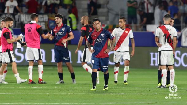 Jugadores de Huesca y Rayo Vallecano al término de un partido | Fotografía: La Liga