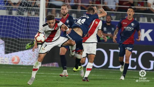 Álex Moreno llevándose el balón | Fotografía: La Liga