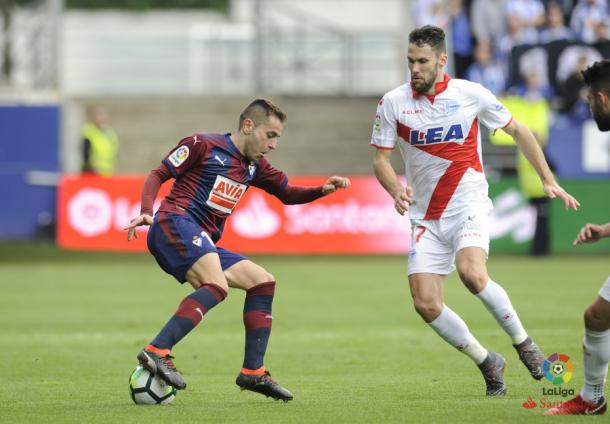 Pedraza trata de quitar el balón al armero Rubén Peña. Fotografía: LaLiga