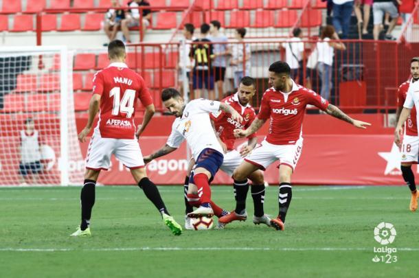 Rubén García pelea un balón. Foto: La Liga 123