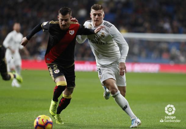 Tito tratando de llevarse el balón por delante de Toni Kroos   Fotografía: La Liga