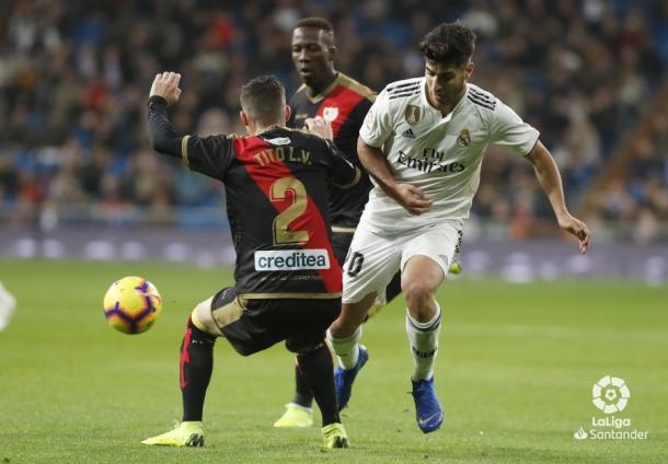 Tito tratando de detener a Marco Asensio | Fotografía: La Liga