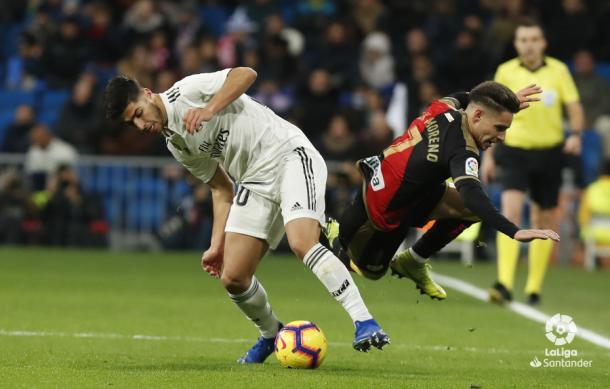 Marco Asensio derribando a Álex Moreno | Fotografía: La Liga