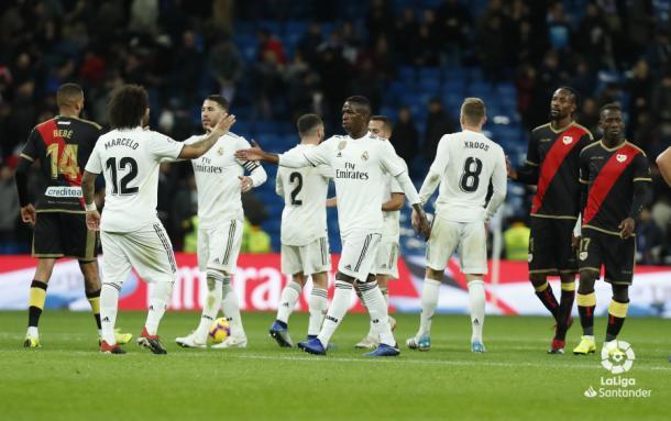 Jugadores del Madrid y Rayo Vallecano al final de un partido   Fotografía: La Liga