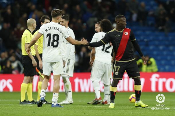 Llorente y Advíncula saludándose | Fotografía: La Liga