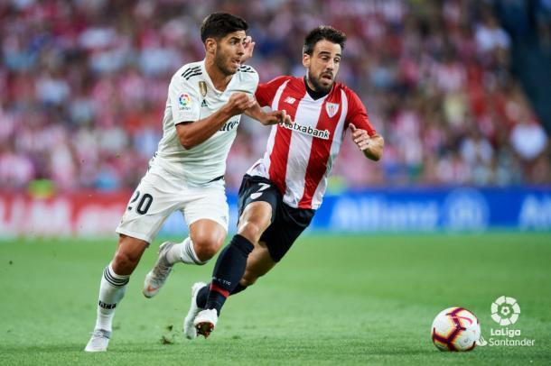 Asensio corre junto a Beñat I Foto: La Liga