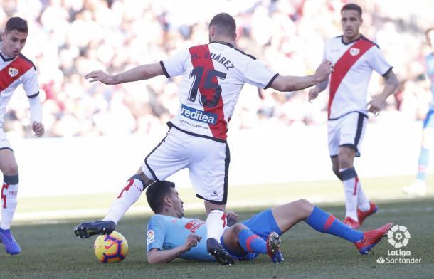 Mario Suárez luchando por el balón | Foto: LaLiga Santander