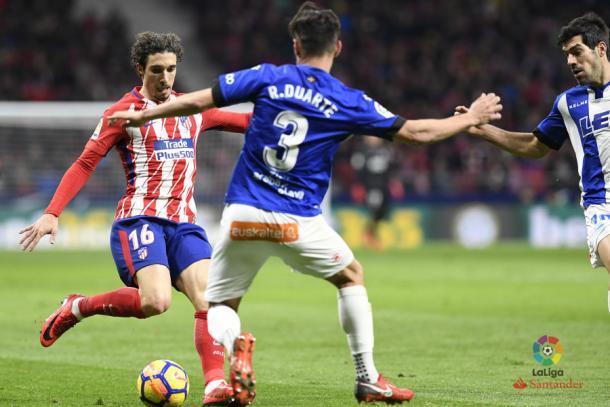 Duarte pugna con Vrsaljko  |  Foto: La Liga
