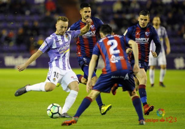 Ontiveros tira ante la mirada de los jugadores del Huesca | LaLiga