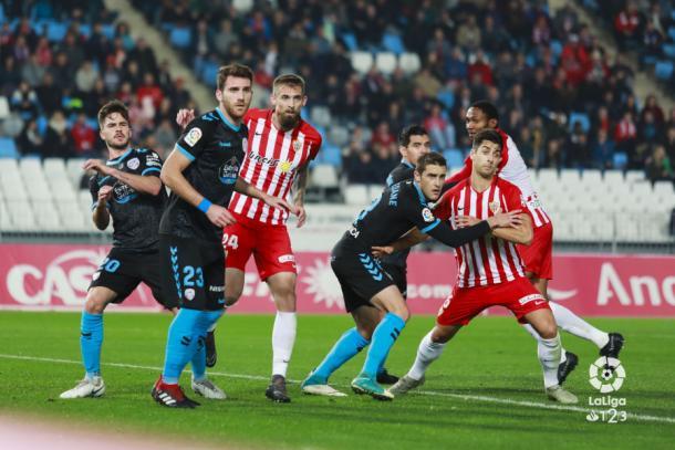 Los jugadores del Almería dispuestos a rematar un córner | Fuente: La Liga