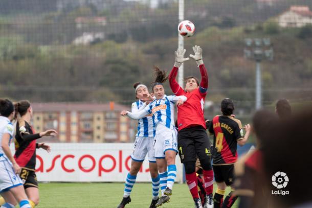 Alicia Gómez deteniendo un balón | Fotografía: La Liga