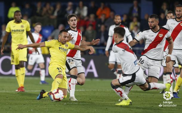 Cazorla lanzando el esférico   Fotografía: La Liga