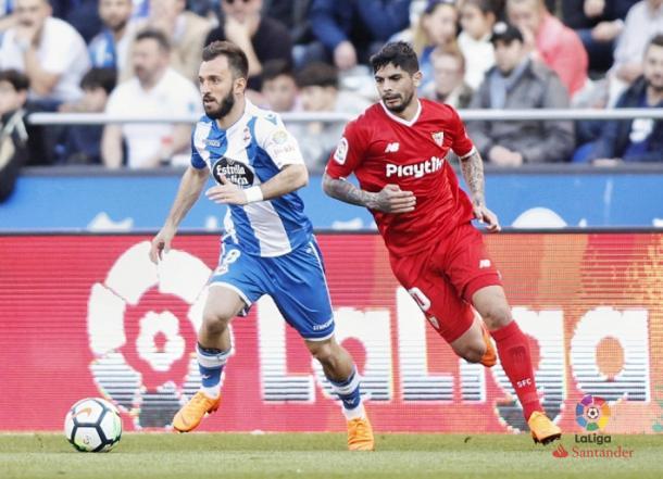 Ever Banega y Emre Çolak disputando el balón. Foto: La Liga
