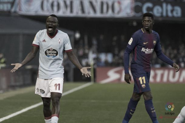Pione Sisto discutiendo una jugada junto a Ousmane Dembelé. | Fuente: LaLiga