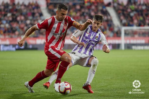 Toni presiona a un jugador del Girona | LaLiga