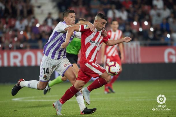 Alcaraz intenta frenar a un jugador del Girona | LaLiga