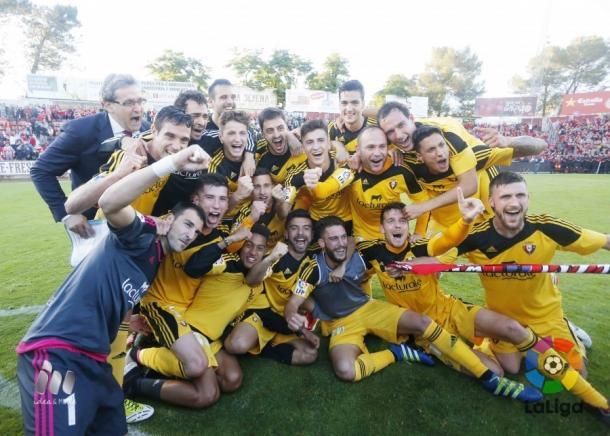 Osasuna celebra el ascenso en el césped de Montilivi. Fotografía: LFP.
