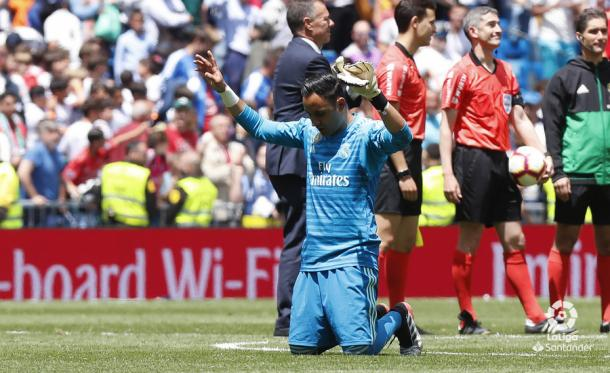 Keylor rezando a Dios en el césped del Bernabéu / Foto: LaLiga