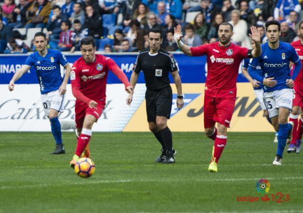 Pérez Montero (comité andaluz) observa una jugada del encuentro en el Tartiere | LaLiga