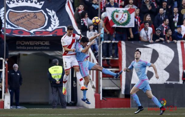 Galán saltando junto a un rival | Fotografía: La Liga