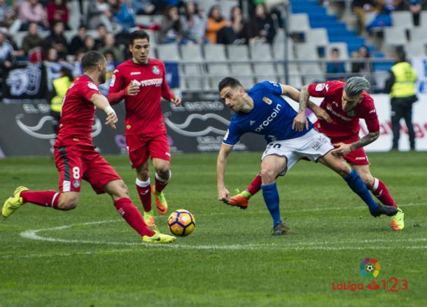 Lacen, Emi y Álvaro intentan robar el balón a