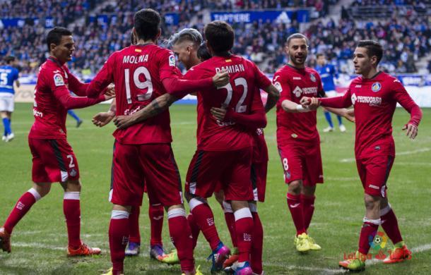 Los futbolistas del Getafe celebran el gol de 'Chuli' ante el Oviedo | LaLiga