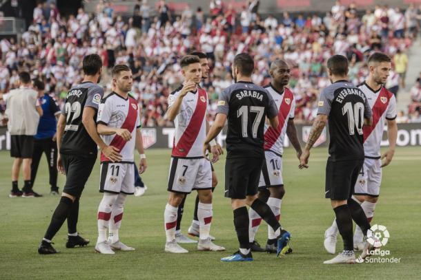 Álex Moreno saludando a Sarabia antes del partido | Fotografía: La Liga