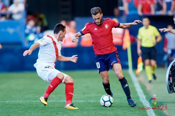 Roberto Torres, intentando driblar a un jugador del Sevilla Atlético   Imagen: LaLiga