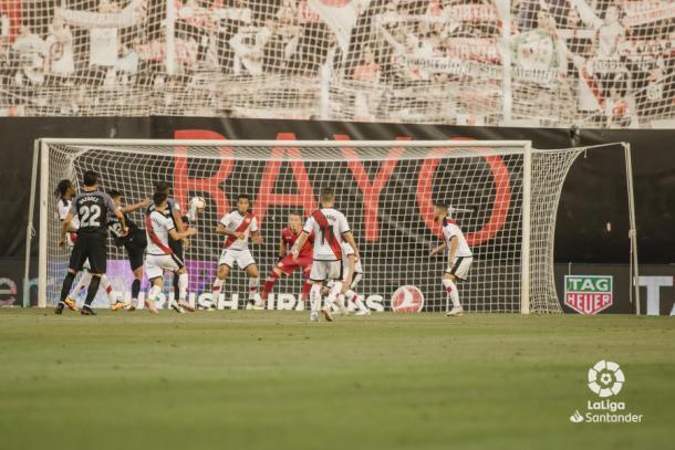 Álex Moreno tratando de defender una acción cerca del área | Fotografía: La Liga