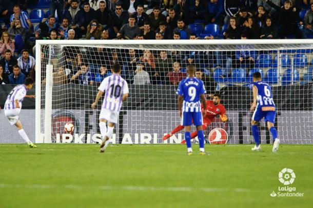 Enes Ünal tira el penalti | LaLiga