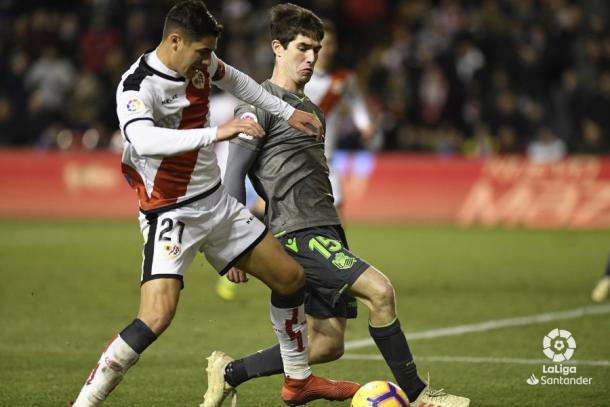 Santi Comesaña tratando de llevarse el esférico | Fotografía: La Liga