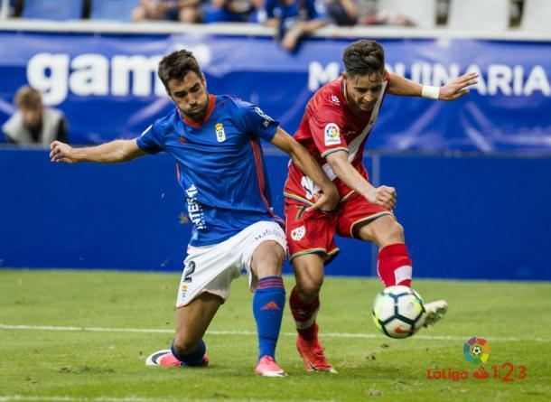 Álex Moreno tratando de lanzar un centro | Fotografía: La Liga