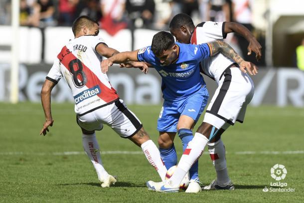 Imbula y Trejo deteniendo a un rival   Fotografía: La Liga