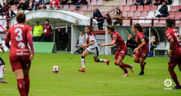 Sheila García conduciendo el esférico | Fotografía: La Liga