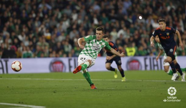 Lo Celso rematando el penalti   Foto; LaLiga Santander