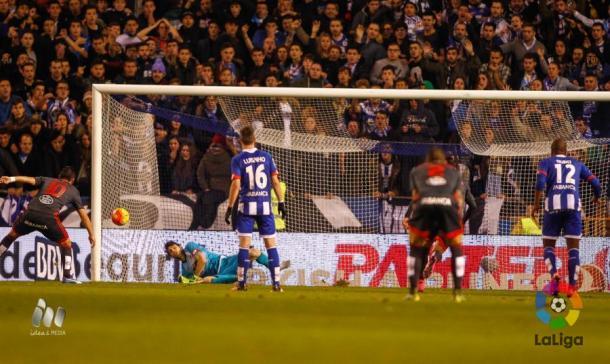 Germán Lux ataja el penalti de Nolito. Foto: LFP.