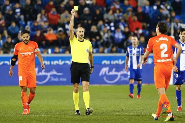 Álvarez Izquierdo arbitrando el partido del Alavés frente al Málaga. Fotografía: LaLiga