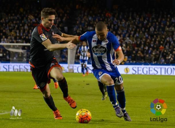Jona pugna con Andreu Fontás. Foto: LFP.
