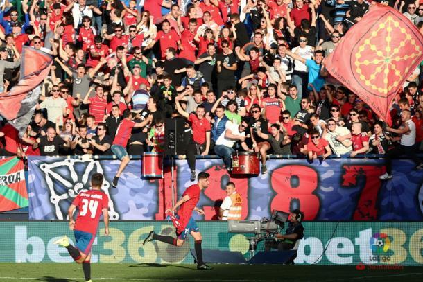 La afición de Osasuna celebrando un gol de su equipo   Imagen: LaLiga