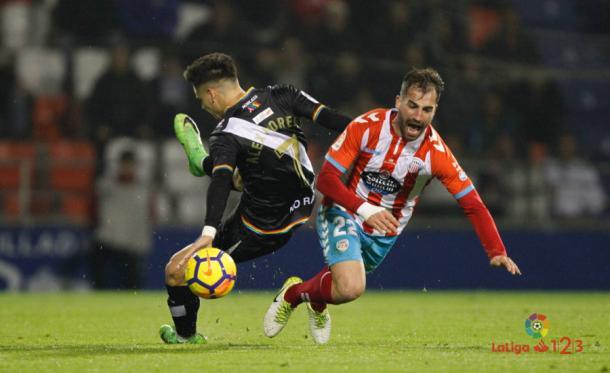 Álex Moreno en un choque | Fotografía: La Liga