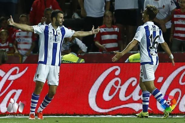 Agirretxe, celebrando uno de los tres goles que marcó junto a Canales