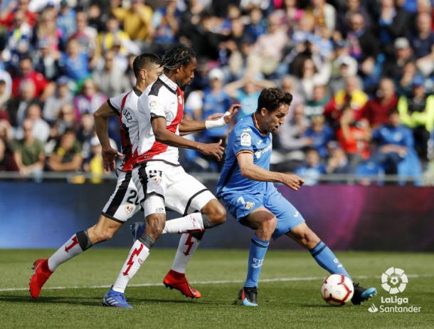 Ba y Velázquez tratando de detener a Mata | Fotografía: La Liga