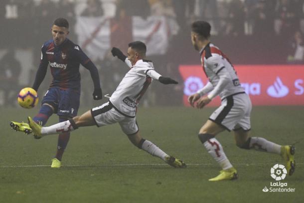Álvaro tratando de cortar una jugada | Fotografía: La Liga