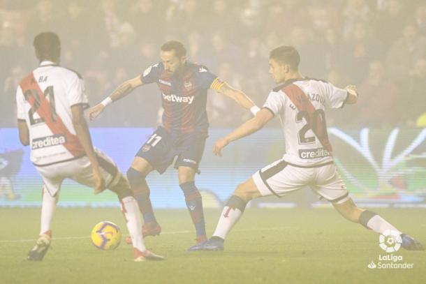 Velázquez tratando de marcar a Morales | Fotografía: La Liga