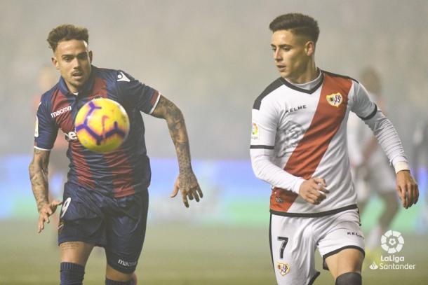 Álex Moreno tratando de recuperar un balón | Fotografía: La Liga