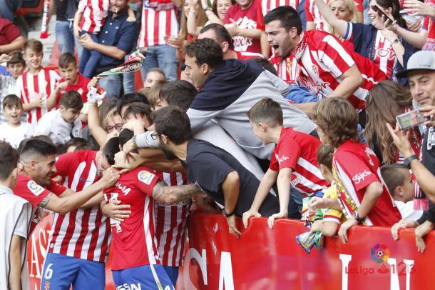 Comunión de jugadores y aficionados tras el gol contra el Lorca   Imagen: LaLiga