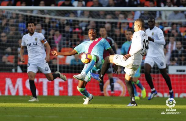 Imbula tratando de disputar un balón | Fotografía: La Liga