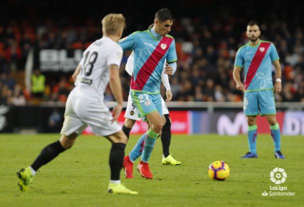 Santi Comesaña a punto de golpear el esférico | Fotografía: La Liga