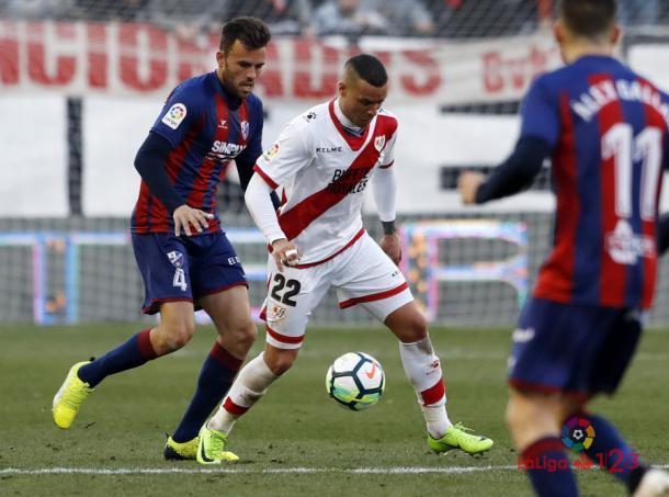 Raúl de Tomás tratando de mantener el balón | Fotografía: La Liga