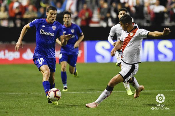 Santi Comesaña tratando de detener a un rival | Fotografía: La Liga